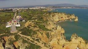 Antenna dal faro e dalle rocce naturali Lagos Portogallo stock footage