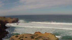 Antenna dal fiume e dall'oceano a Carrapateira Portogallo archivi video