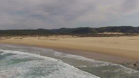 Antenna dal fiume e dall'oceano a Carrapateira Portogallo video d archivio