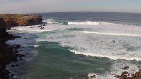 Antenna dal fiume e dall'oceano a Carrapateira Portogallo stock footage