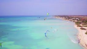 Antenna dal kitesurfing al pescatore Huts sull'isola di Aruba stock footage