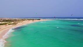 Antenna dal kitesurfing a Boca Grandi sull'isola di Aruba stock footage