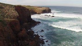 Antenna dall'Oceano Atlantico alla spiaggia Portogallo di Carrapateira archivi video
