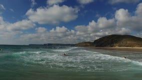 Antenna dalle onde e dai surfisti di oceano nel Portogallo archivi video