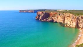 Antenna dalle rocce ed oceano vicino a Sagres Portogallo video d archivio