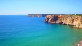 Antenna dalle rocce ed oceano vicino a Sagres Portogallo stock footage