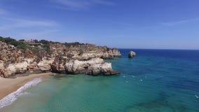 Antenna dalle rocce naturali ai tres Irmaos della Praia in Alvor Portogallo video d archivio