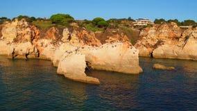 Antenna dalle rocce naturali ai tres Irmaos della Praia in Alvor Portogallo stock footage