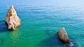 Antenna dalle rocce naturali vicino a Alvor nell'Oceano Atlantico in Po Fotografia Stock