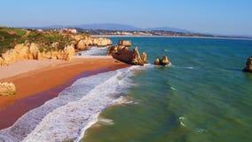 Antenna dalle rocce naturali vicino a Lagos nel Portogallo stock footage