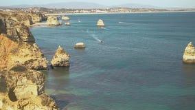 Antenna dalle rocce naturali vicino a Lagos nell'Algarve Portogallo video d archivio