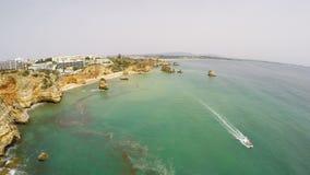 Antenna dalle rocce naturali vicino a Lagos nell'Algarve Portogallo archivi video