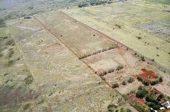 Antenna dei campi dell'azienda agricola delle fasi differenti dell'età e delle case sul Mo Fotografia Stock Libera da Diritti