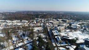 Antenna del campus universitario di Villanova dal fuco che sembra limite del nord dal viale di Lancaster nell'orario invernale co video d archivio