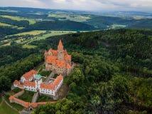 Antenna del castello medievale sulla collina nella regione ceca di Moravia immagini stock libere da diritti