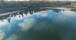 Antenna del lago nel parco della città archivi video