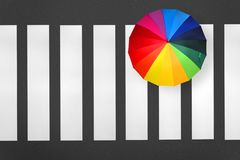 Antenna del passaggio pedonale Pedone con un ombrello dell'arcobaleno fotografia stock