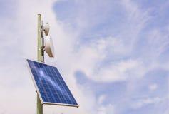 Antenna del ripetitore con il pannello solare fotografie stock libere da diritti