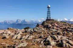 Antenna del ripetitore nei precedenti della montagna immagini stock libere da diritti