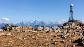 Antenna del ripetitore nei precedenti della montagna fotografie stock libere da diritti