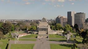 Antenna del santuario del ricordo a Melbourne Australia durante il giorno, colpo di orbita archivi video