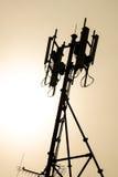Antenna del sistema cellulare durante la vista di tramonto Fotografie Stock Libere da Diritti