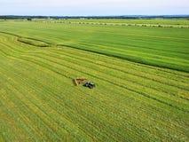 Antenna del trattore nel campo Fotografie Stock Libere da Diritti