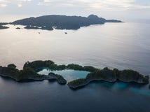 Antenna dell'isola e di Marine Lake in Raja Ampat fotografia stock libera da diritti