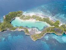 Antenna dell'isola e di Marine Lake stupefacenti del calcare in Raja Ampat fotografia stock