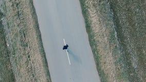 Antenna dell'uomo che corre giù la strada video d archivio