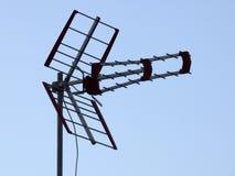 Antenna della televisione contro un cielo blu Fotografie Stock Libere da Diritti