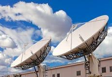 Antenna della televisione via satellite su cielo blu Fotografie Stock Libere da Diritti