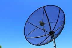 Antenna della televisione via satellite sul fondo del cielo blu Immagini Stock