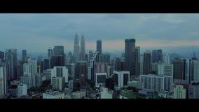 Antenna della vista di mattina all'orizzonte di Kuala Lumpur con la costruzione di KLCC video d archivio