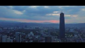 Antenna di alba all'orizzonte di Kuala Lumpur con l'edificio di Tun Razak Exchange archivi video