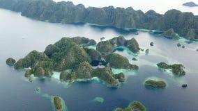 Antenna di bello, isole del calcare in Raja Ampat stock footage