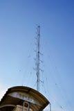 Antenna di comunicazione sulla costruzione Fotografia Stock