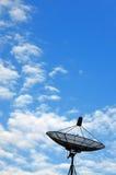 Antenna di piatto su cielo blu immagini stock libere da diritti