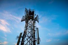 Antenna di telecomunicazioni per la radio, la televisione ed il telefono con cielo blu fotografia stock