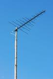 Antenna di televisione contro i precedenti del cielo Fotografie Stock