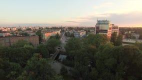Antenna di tramonto della città con gli uccelli di volo archivi video