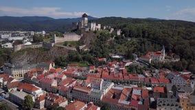 Antenna di vecchia città di Trencin, Slovacchia stock footage