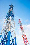 Antenna due per la comunicazione del telefono cellulare in chiaro cielo blu Immagini Stock Libere da Diritti