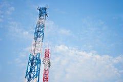 Antenna due per la comunicazione del telefono cellulare in chiaro cielo blu Fotografie Stock Libere da Diritti