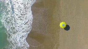ANTENNA: Giovane donna graziosa che prende il sole sulla spiaggia video d archivio