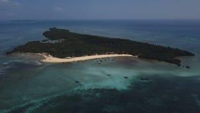 Antenna: Isola di Pangavini coperta di foresta pluviale tropicale, cinghia di pietra intorno al legno, vista aerea dall'alto in b archivi video