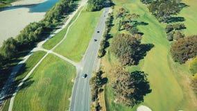 antenna 4K, campo da golf lungo il fiume e strada principale, Nuova Zelanda archivi video