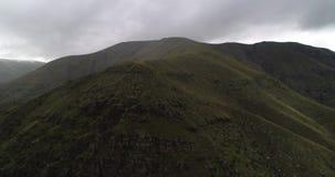 antenna 4k Volo in montagne, movimento alla cima stock footage
