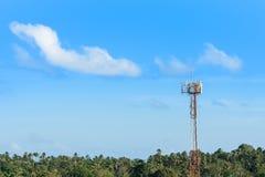 Antenna mobile cellulare sulla torre di telecomunicazione in atmosfera tropicale di clima, spazio della copia sul fondo del cielo immagine stock