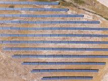 Antenna: Pannelli solari su un campo immagini stock libere da diritti